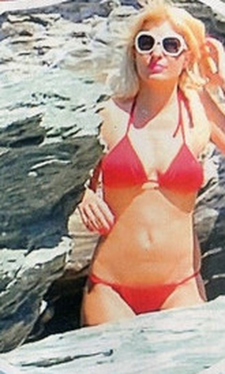 Newsorama  Δείτε την Ελένη Μενεγάκη με κατακόκκινο μπικίνι στην ... 5f4ae7dc423